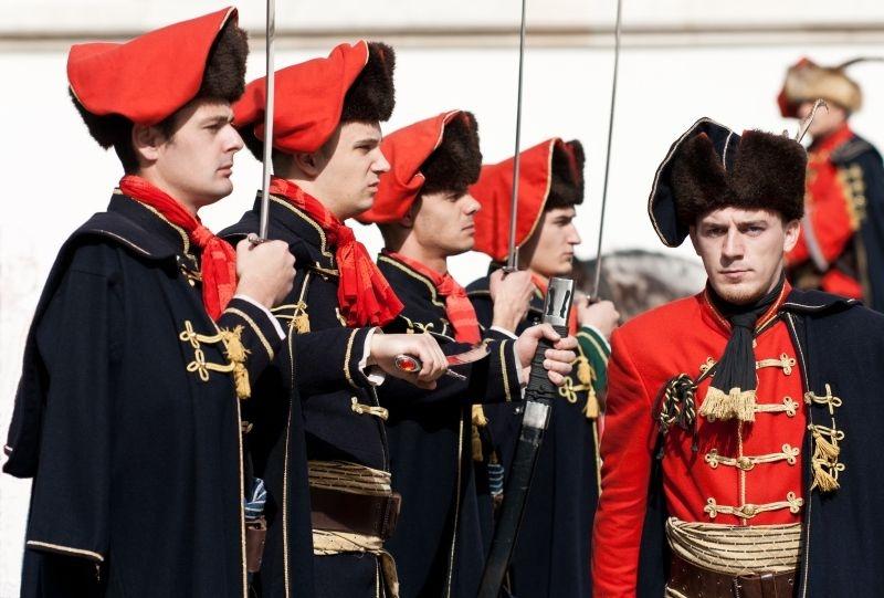 Kravat pukovnija (ou O Regimento Gravata numa tradução literal) é a guarda de honra da Croácia e seus uniformes são réplicas dos utilizados na Guerra dos Trinta Anos