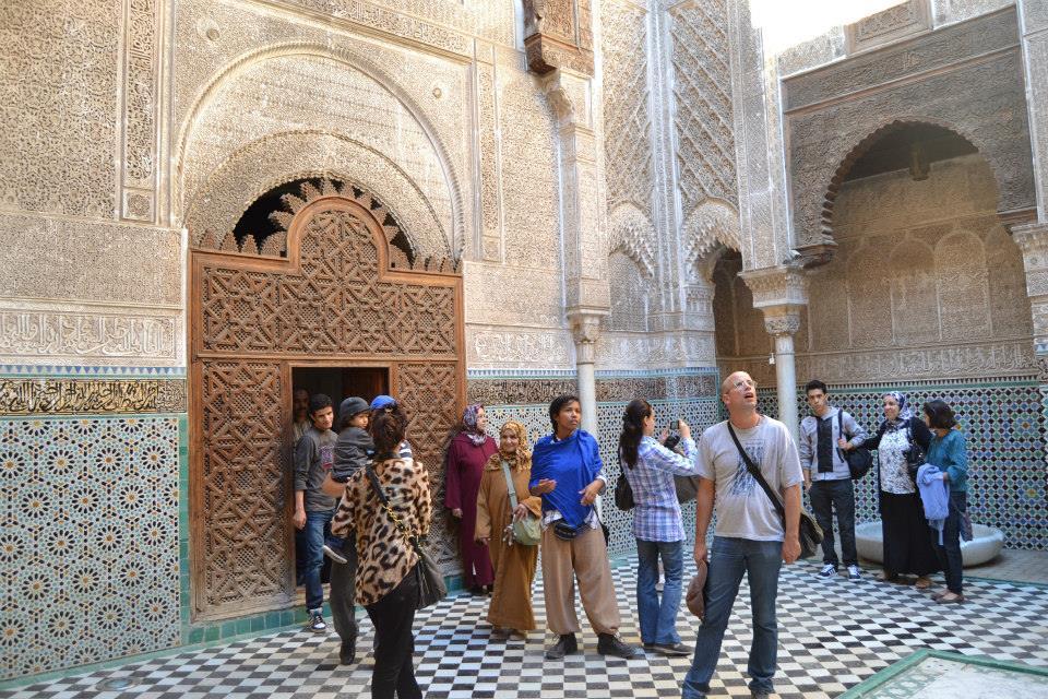 Turistas visitando a Madraça Attarine, Marrocos