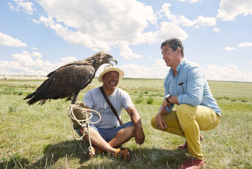 Homem conhece gavião e a Mongólia durante a Transiberiana