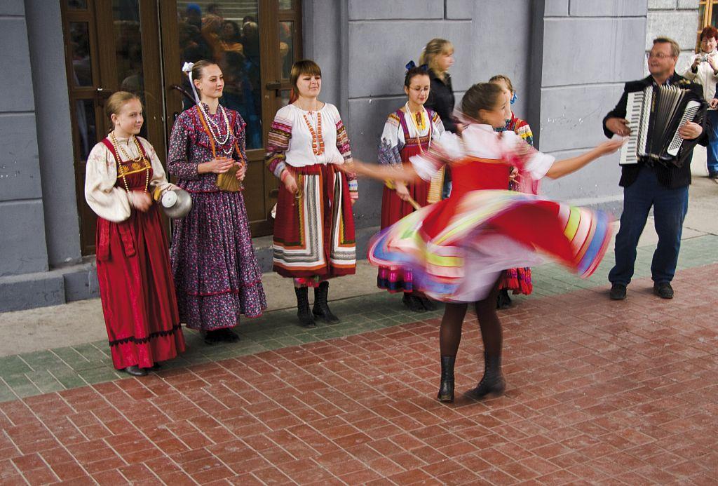 Dança Folclórica durante uma das paradas do trem turístico na Rota Transiberiana